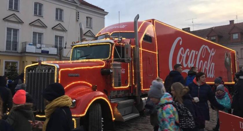 Miasto, Czerwona ciężarówka pułtuskim Rynku - zdjęcie, fotografia